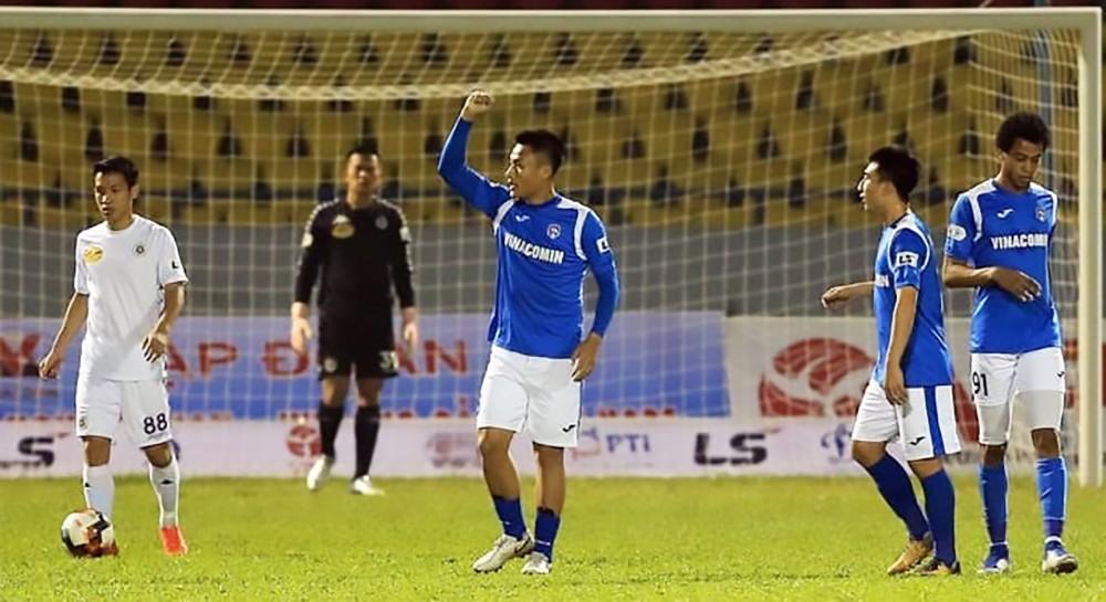 Than Quảng Ninh tự làm suy yếu mình ở lượt về V.League, khi cho Hải Phòng mượn Mạc Hồng Quân (giữa) và 2 cầu thủ khác, gây nghi ngờ về khả năng dốc sức chạy đua vô địch của họ. Ảnh: ANH HUY