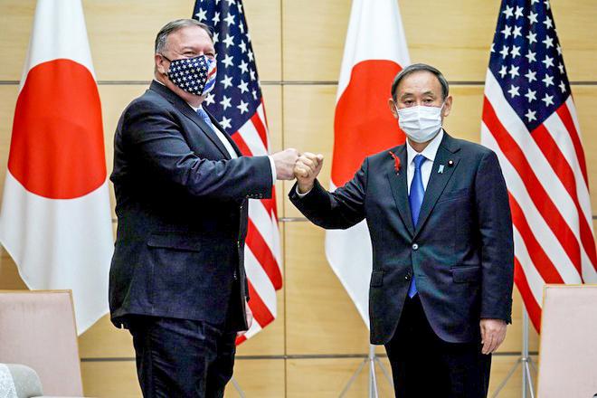 """Ngoại trưởng Mỹ Pompeo (trái) và Thủ tướng Nhật Bản Suga gặp nhau trước thềm hội nghị """"Bộ tứ kim cương"""". Ảnh: Reuters"""