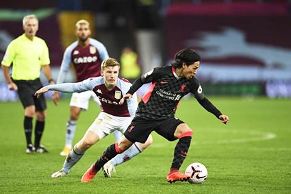 Các cầu thủ Aston Villa (giữa) hiện xếp thứ hai trên bảng xếp hạng EPL. Ảnh: EPA
