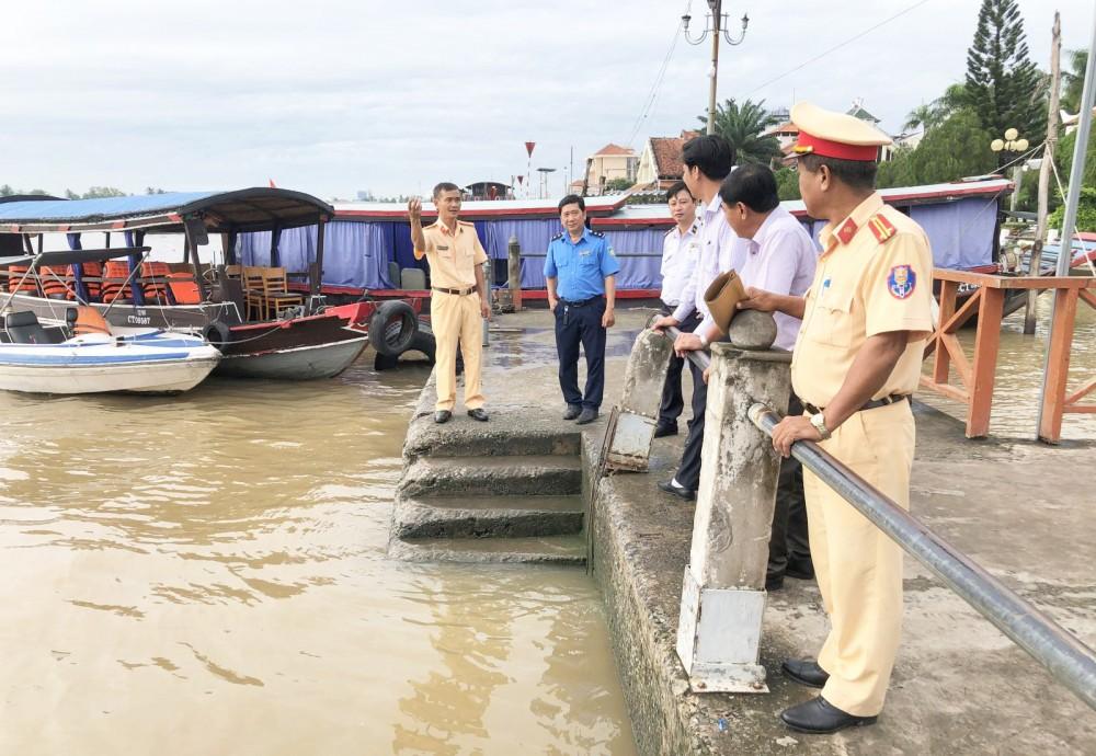 Thành viên Đoàn kiểm tra liên ngành ĐTNĐ, hàng hải TP Cần Thơ kiểm tra hoạt động tại Cảng nội địa hành khách du lịch Ninh Kiều.