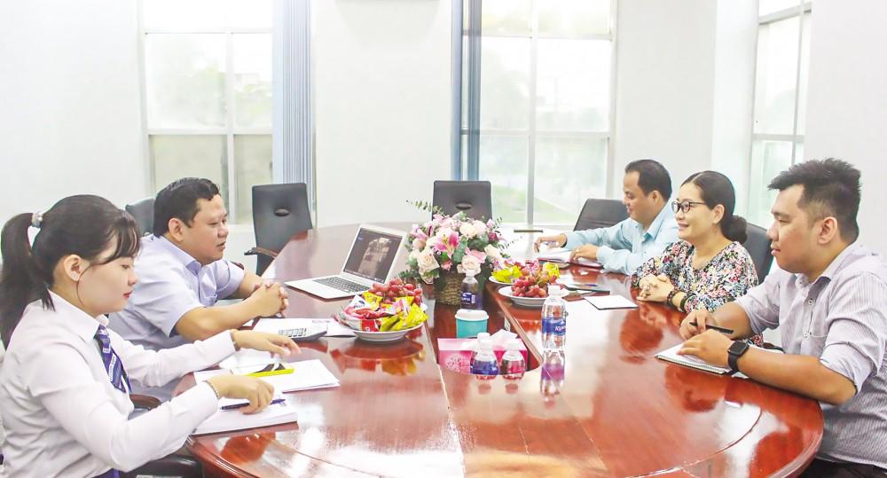Bà Nguyễn Thị Kiều Duyên, Phó Giám đốc Trung tâm Xúc tiến Đầu tư - Thương mại và Hội chợ Triển lãm Cần Thơ (thứ 2 từ phải sang) gặp gỡ đại diện DN trước thềm diễn ra Tọa đàm.