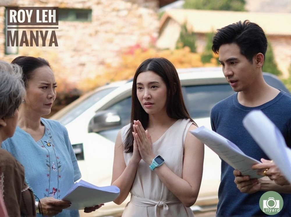 """Bella Ranee (giữa) tại trường quay """"Roy Leh Manya""""."""