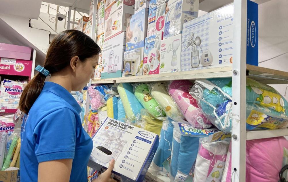 Khách hàng tham khảo sản phẩm máy hút sữa tại Cửa hàng Mẹ và Bé Cần Thơ, quận Ninh Kiều.