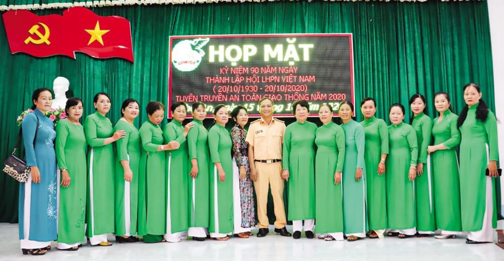 Nguyên cán bộ Hội và các thành viên Ban Chấp hành Hội LHPN phường Thới An, quận Ô Môn hưởng ứng mặc áo dài tại buổi họp mặt kỷ niệm 90 năm Ngày thành lập Hội LHPNVN tổ chức ngày 15-10.