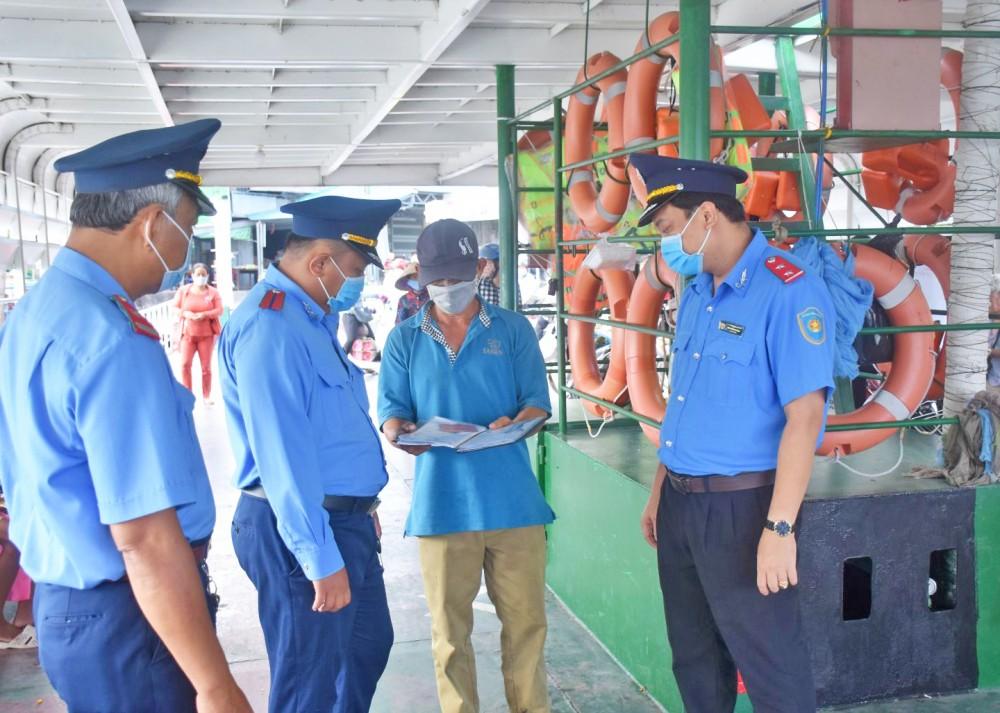 Thanh tra Sở GTVT TP Cần Thơ kiểm tra hoạt động tại bến khách ngang sông.