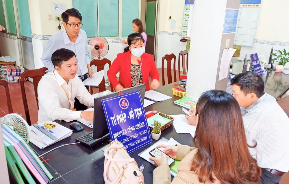 Ông Nguyễn Công Chánh, Công chức Tư pháp - Hộ tịch của UBND phường Châu Văn Liêm (ngồi bên trái) được tham gia nhiều lớp bồi dưỡng, đào tạo, nâng cao trình độ, kỹ năng giao tiếp hành chính.