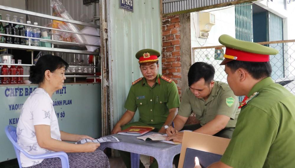 Bà Võ Thị Bạch Mai ở ấp Thới Hữu, xã Đông Hiệp cung cấp thông tin cho Công an.