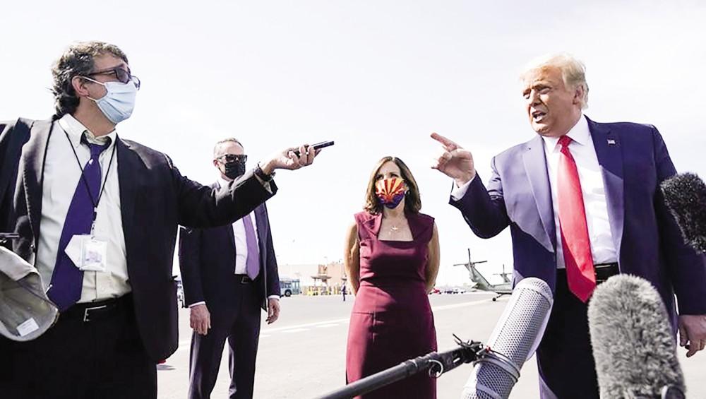 Tổng thống Trump (phải) trả lời phỏng vấn hôm 19-10. Ảnh: AP