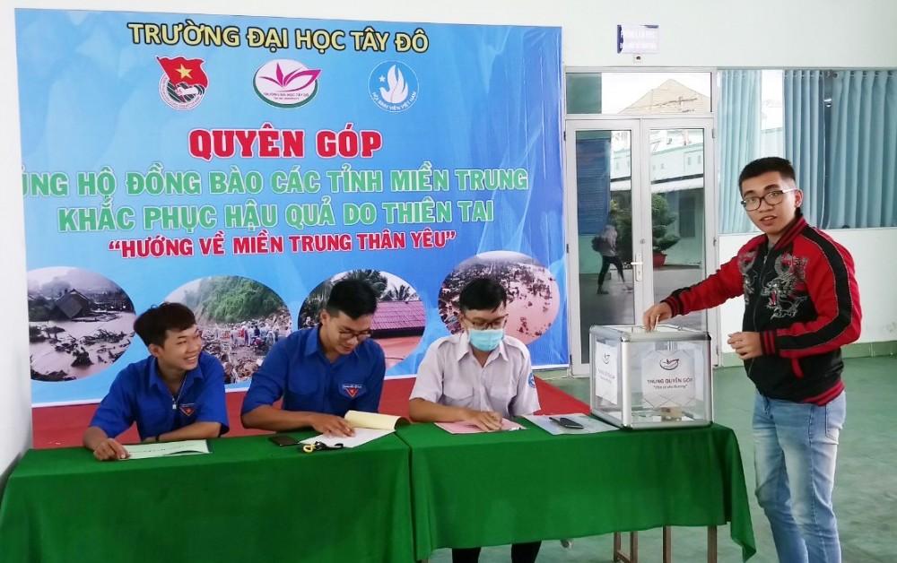 Sinh viên Trường Đại học Tây Đô quyên góp ủng hộ đồng bào miền Trung. Ảnh: CTV