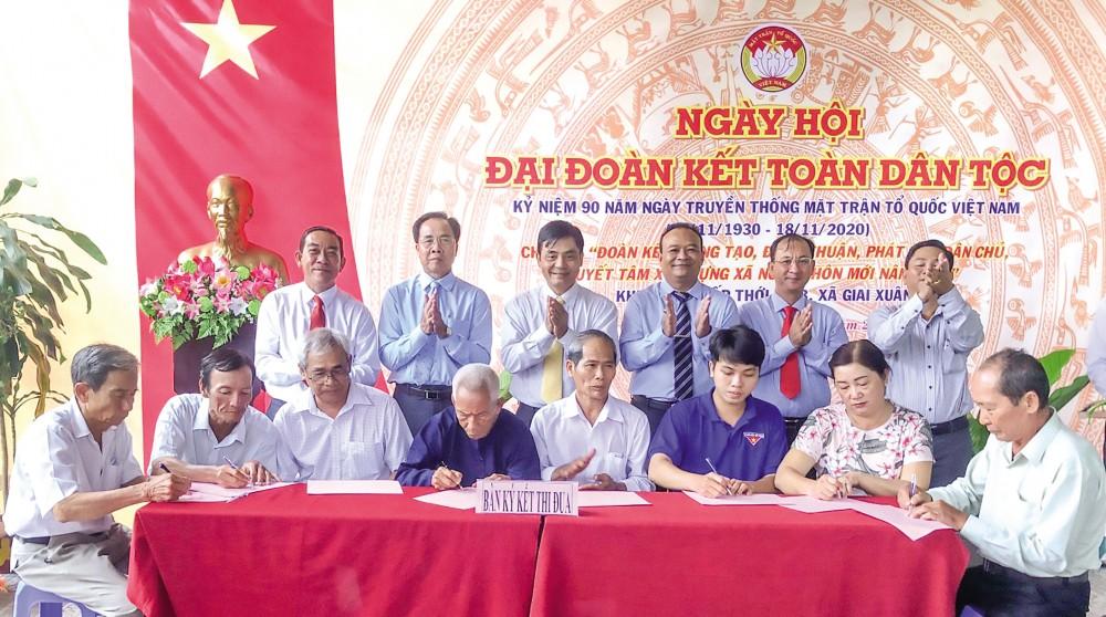 Đại diện lãnh đạo thành phố và huyện Phong Điền chứng kiến ký kết giao ước thi đua năm 2021 giữa Ban CTMT ấp Thới An B và các tổ chức thành viên. Ảnh: S.H