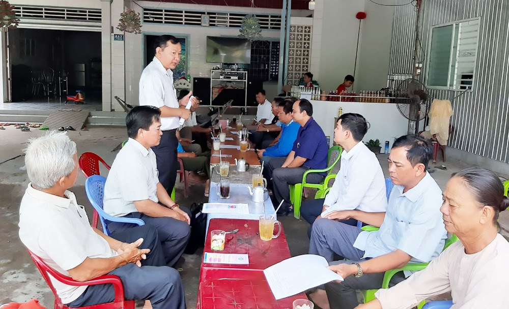 Lãnh đạo Bảo hiểm xã hội huyện Vĩnh Thạnh trực tiếp đến khu dân cư, tuyên truyền chính sách pháp luật về BHYT đến người dân.