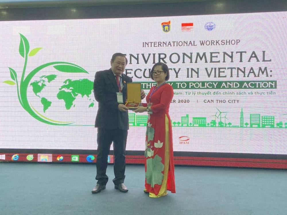 Lãnh đạo Trường Đại học Khoa học Xã hội và Nhân văn, Đại học Quốc gia Hà Nội trao quà kỷ niệm cho lãnh đạo Trường Đại học Kỹ thuật - Công nghệ Cần Thơ (bên trái).