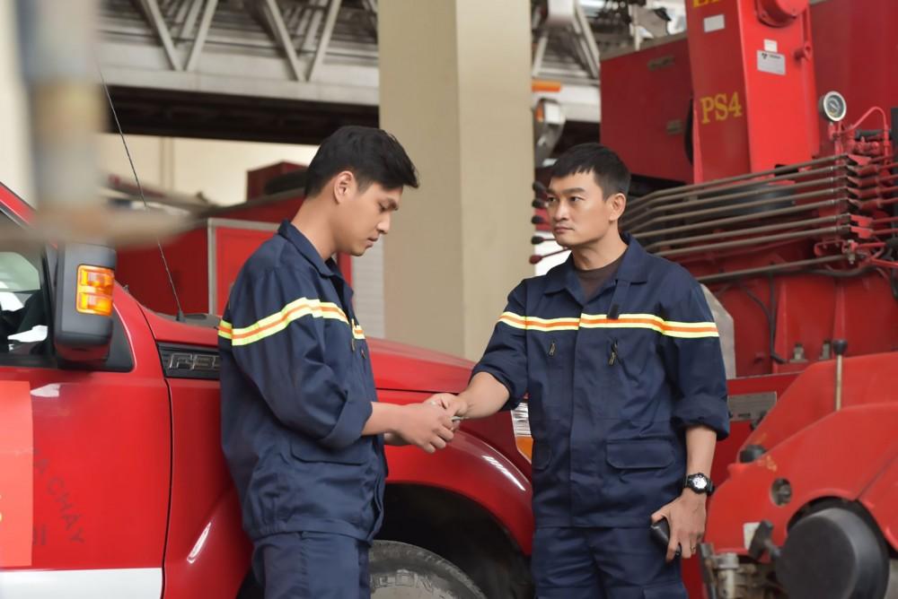 Minh (Trương Minh Quốc Thái, phải) luôn giúp đỡ đồng đội khi họ gặp khó khăn về đời sống.