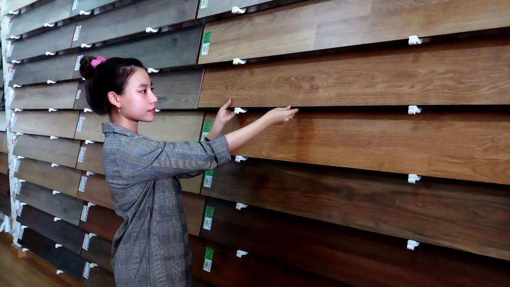 Sàn gỗ trên thị trường hiện nay ghi nhận sự đa dạng về thương hiệu, mẫu mã, giá cả.