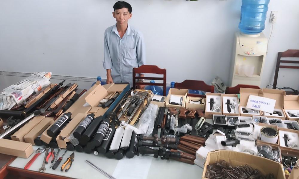 Đối tượng Nguyễn Văn Dũng cùng tang vật.