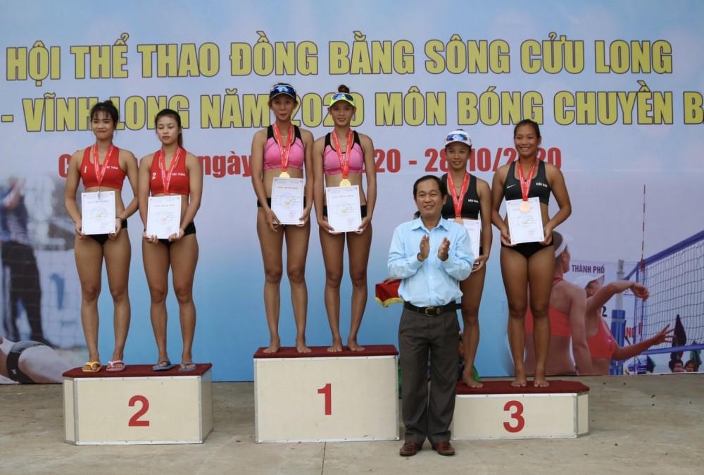 Ông Trương Công Quốc Việt, Phó Giám đốc Sở Văn Hoá, Thể thao và Du lịch TP Cần Thơ trao thưởng cho các đội BCBB đoạt huy chương nội dung 2x2.