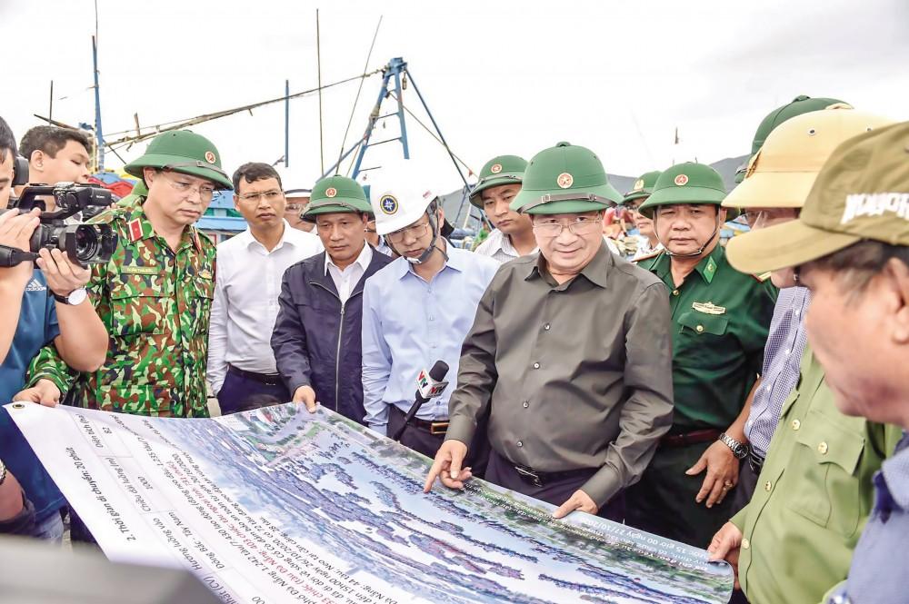 Phó Thủ tướng kiểm tra khu neo đậu tránh trú Thọ Quang (Đà Nẵng). Ảnh: VGP