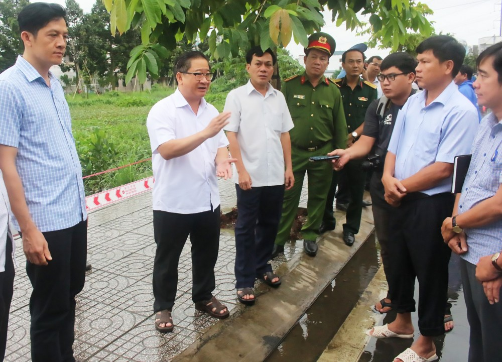 Lãnh đạo TP Cần Thơ và quận Ninh Kiều kiểm tra việc triển khai rào chắn, cảnh báo khu vực nguy hiểm tại hồ Búng Xáng trước khi triều cường đầu tháng 9 âm lịch lên cao.