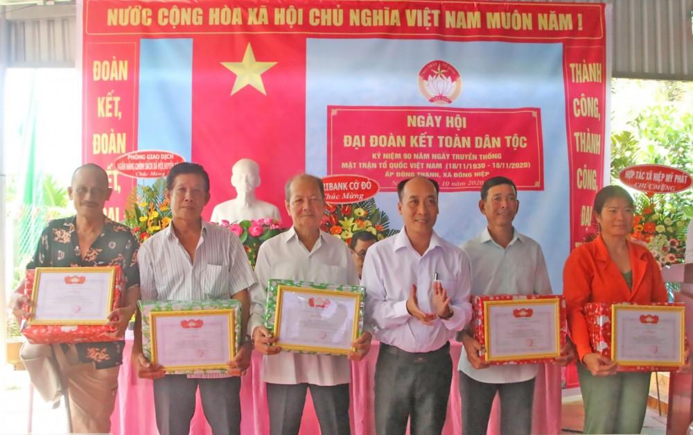 """Các cá nhân ấp Đông Thạnh có thành tích trong thực hiện Cuộc vận động """"Toàn dân đoàn kết xây dựng nông thôn mới, đô thị văn minh"""" được khen thưởng."""