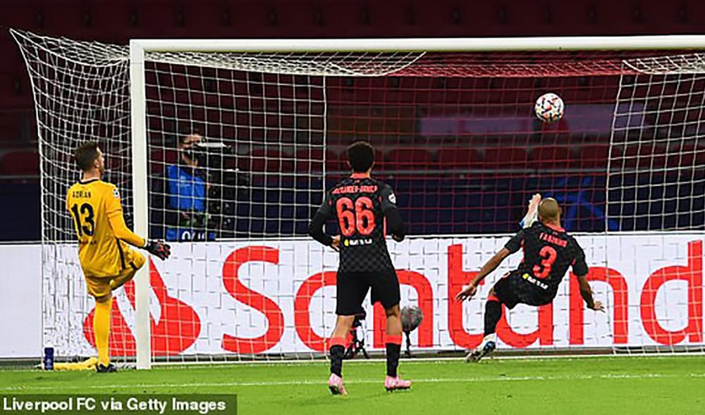 Pha phá bóng ngay trên vạch vôi của Fabinho (số 3). Ảnh: Liverpool FC