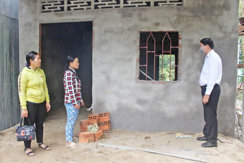 Cán bộ Mặt trận và đoàn thể xã Thới Tân kiểm tra tiến độ thực hiện công trình nhà Đại đoàn kết cho hộ Khmer nghèo tại ấp Điền Hòa, xã Thới Tân.