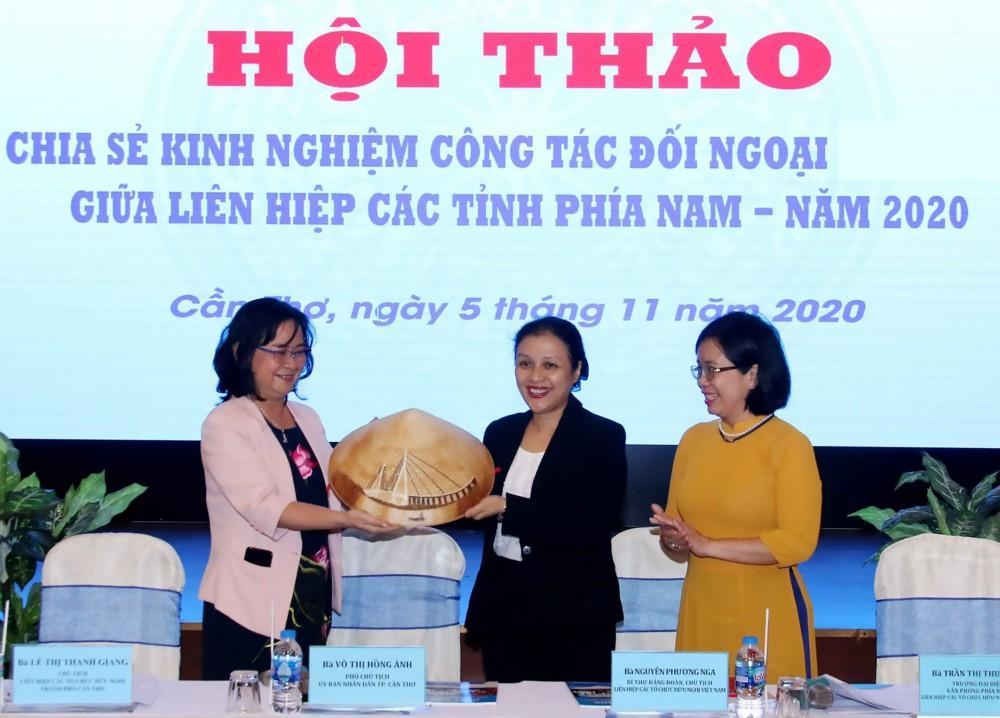 Bà Võ Thị Hồng Ánh, Phó Chủ tịch UBND TP Cần Thơ (bên trái) tặng quà lưu niệm cho bà Nguyễn Phương Nga, Chủ tịch LHCTCHN Việt Nam.