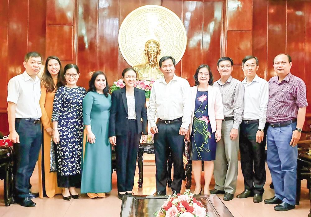 Lãnh đạo TP Cần Thơ tiếp đoàn công tác LHCTCHN Việt Nam. Ảnh: HỒNG VÂN