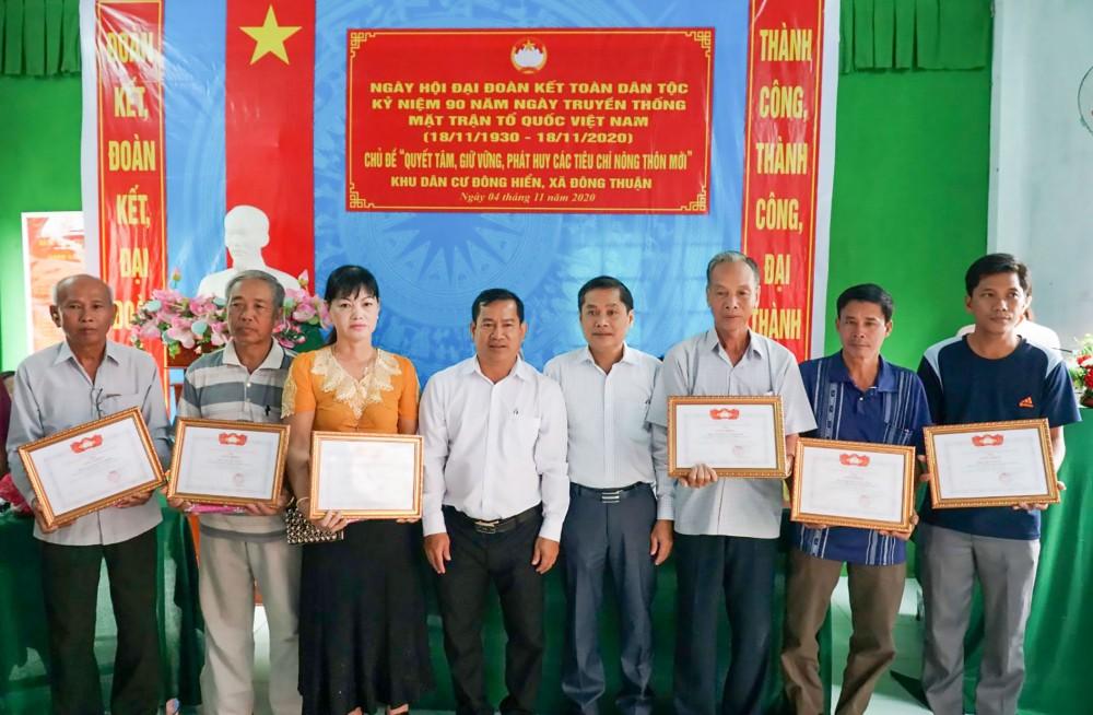 Các cá nhân ấp Đông Hiển có thành tích xuất sắc trong xây dựng nông thôn mới được UBND xã Đông Thuận tặng Giấy khen.
