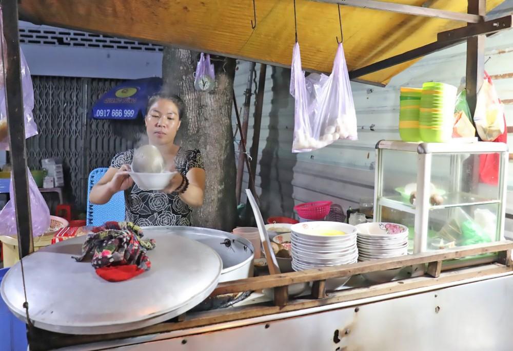 Bà Nguyễn Thị Thu Thủy, bán hủ tiếu gõ ở gần ngã tư Nguyễn Văn Cừ và Nguyễn Văn Linh.