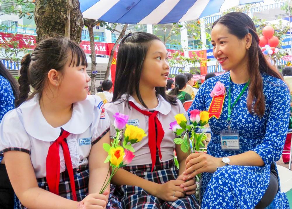 Học sinh tặng hoa tri ân cô giáo dịp kỷ niệm ngày Nhà giáo Việt Nam.