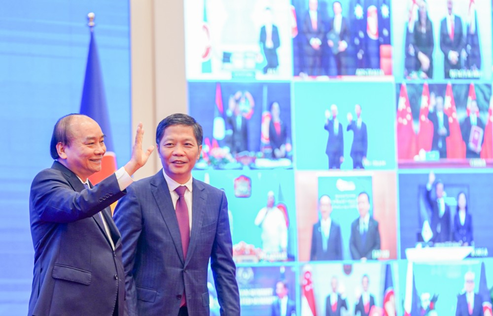 Từ đầu cầu Hà Nội, Thủ tướng Nguyễn Xuân Phúc gửi lời chào tới các nhà lãnh đạo ASEAN và 5 nước đối tác trong lễ ký RCEP. Ảnh: VGP/QUANG HIẾU