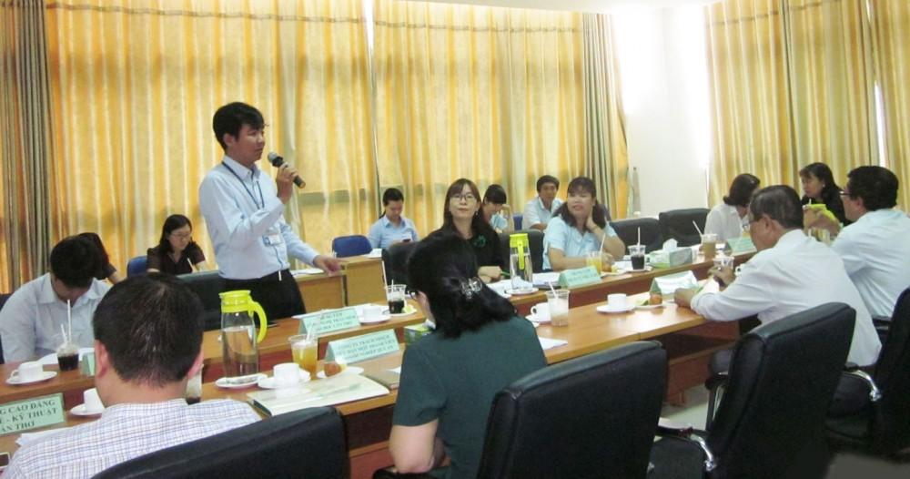 Các đại biểu tập trung thảo luận và góp ý tại hội thảo mời gọi các cơ sở GDNN tham gia ĐTN cho người lao động theo chính sách bảo hiểm thất nghiệp.