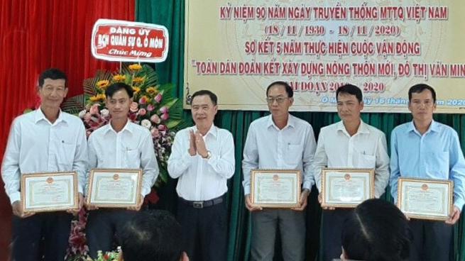 Đồng chí Nguyễn Vũ Phương, Bí thư Quận ủy trao giấy khen cho các tập thể thực hiện công trình chào mừng kỷ niệm 90 năm Ngày truyền thống MTTQVN. Ảnh: ANH DŨNG
