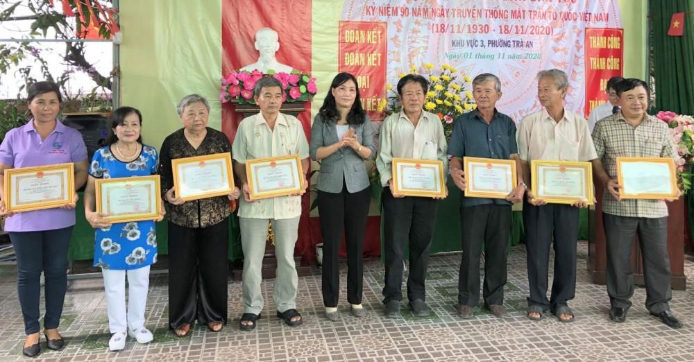 Bà Nguyễn Thị Minh Chi, Chủ tịch Ủy ban MTTQVN quận Bình Thủy trao Giấy khen cho những gia đình tiêu biểu ở phường Trà An.