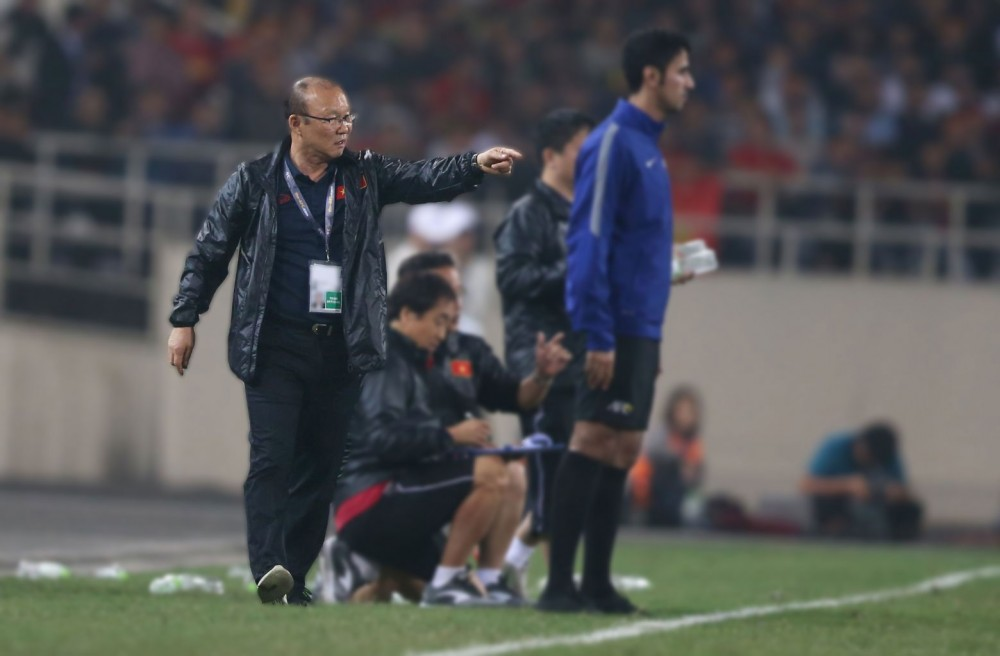 Ông Park (trái) sẽ gặp nhiều khó khăn nếu các CLB không đưa quân đầy đủ lên đội tuyển đá AFF Cup. Ảnh: ANH HUY