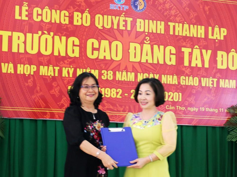 Bà Võ Thị Hồng Ánh (trái), Phó Chủ tịch UBND TP Cần Thơ trao Quyết định thành lập cho đại diện lãnh đạo Trường Cao đẳng Tây Đô.