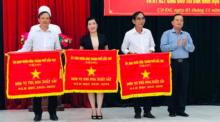 Trong tháng 11 này, 3 trường học của huyện Cờ Đỏ vinh dự nhận Cờ thi đua của UBND thành phố. Ảnh: CTV