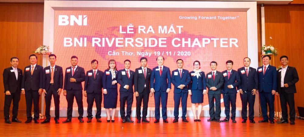 Lãnh đạo BNI Việt Nam chụp ảnh lưu niệm cùng các thành viên tại lễ ra mắt Riverside Chapter.