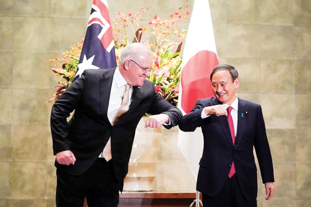 Thủ tướng Úc Morrison (trái) và người đồng cấp Nhật Bản Yoshihide Suga trong cuộc gặp hôm 17-11. Ảnh: AP