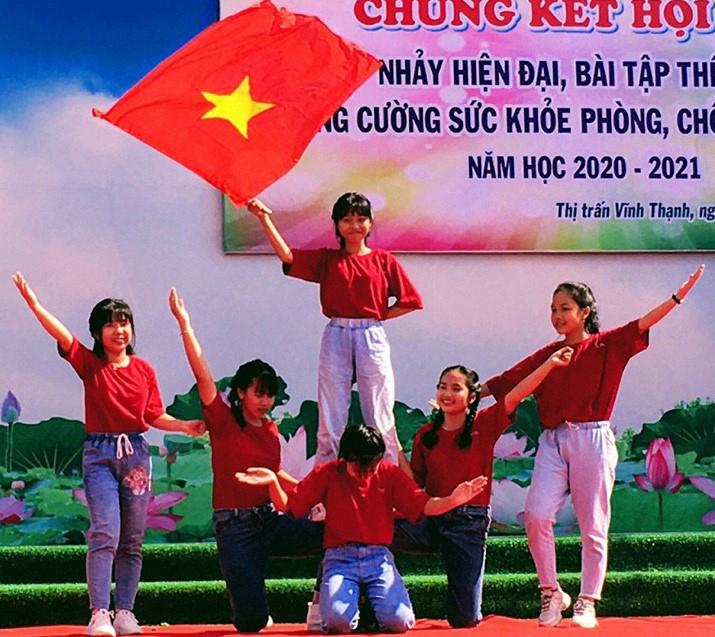Hoạt động văn nghệ do Trường THCS Thị trấn Vĩnh Thạnh tổ chức dịp 20-11. Ảnh: CTV