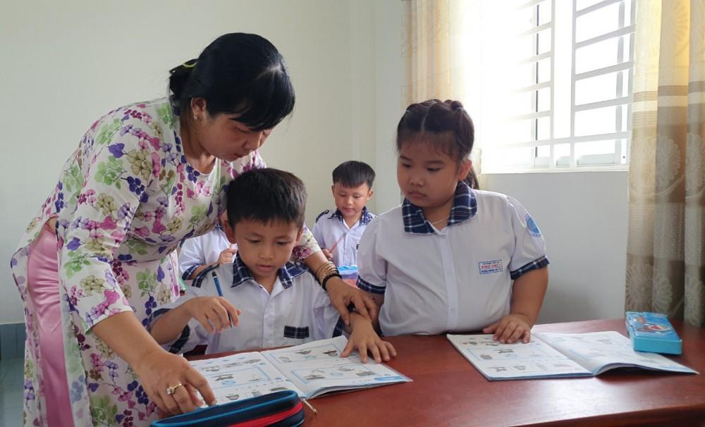 Mừng 20-11, thầy cô các trường tham gia nhiều hoạt động đổi mới sáng tạo trong dạy học, nhất là cấp tiểu học vì đây là năm học đầu tiên thực hiện Chương trình Giáo dục  phổ thông mới với lớp 1. Trong ảnh: Giờ học của cô trò Trường Tiểu học Phú Thứ 3, quận Cái Răng. Ảnh: B.NG