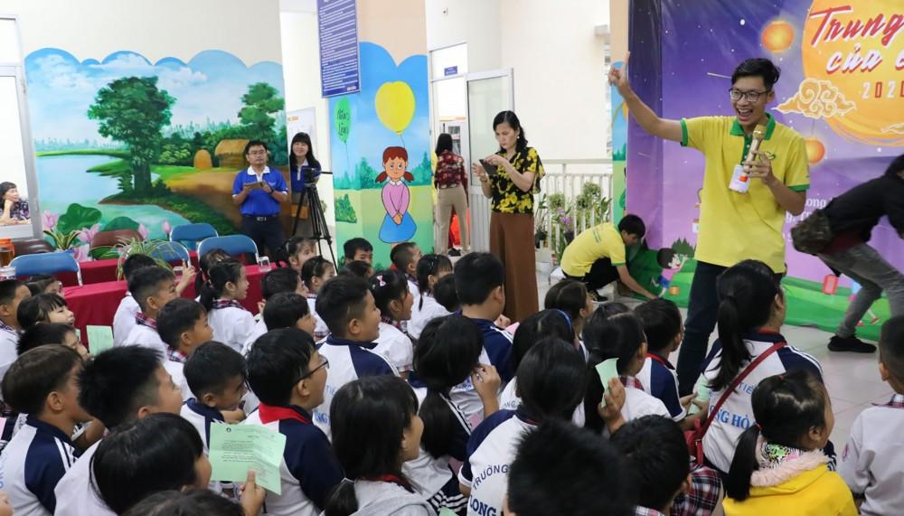 CLB Vì trẻ thơ (Trường Đại học Y Dược Cần Thơ) tổ chức hoạt động vui chơi cho thiếu nhi có hoàn cảnh khó khăn ở phường Thới An Đông, quận Bình Thủy, dịp Tết Trung thu vừa qua.
