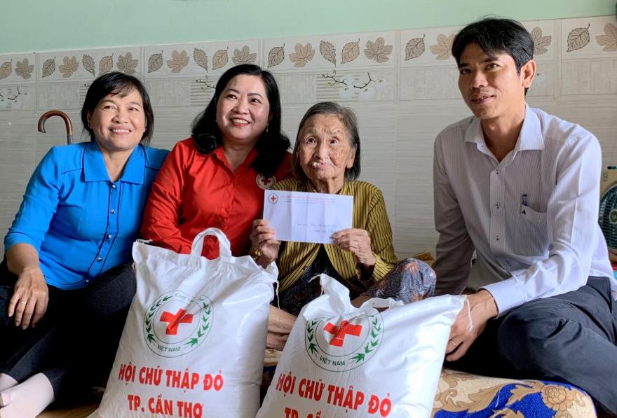 Bà Huỳnh Thanh Thảo, Chủ tịch Hội CTĐ TP Cần Thơ (giữa) cùng lãnh đạo quận Cái Răng đến thăm hỏi, tặng quà hằng quý cho địa chỉ nhân đạo ở phường Hưng Thạnh.