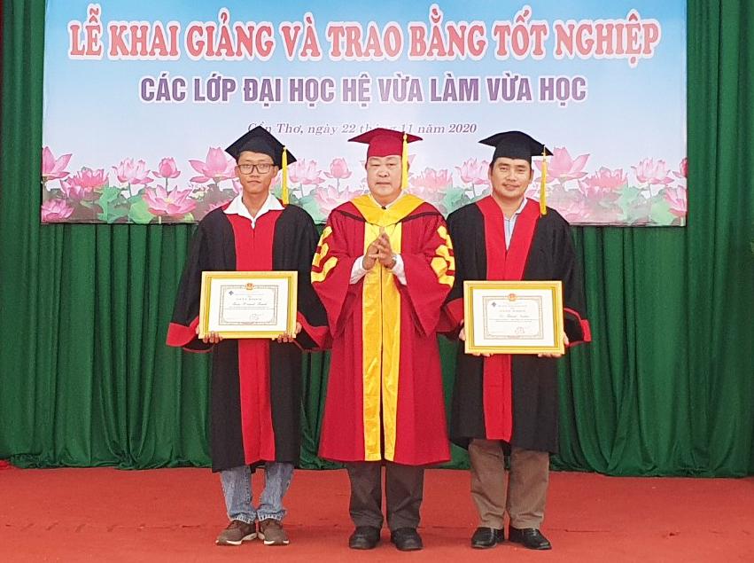 Giáo sư Hà Thanh Toàn, Hiệu trưởng Trường ĐH Cần Thơ, khen thưởng tân cử nhân, kỹ sư có thành tích học tập xuất sắc, giỏi.