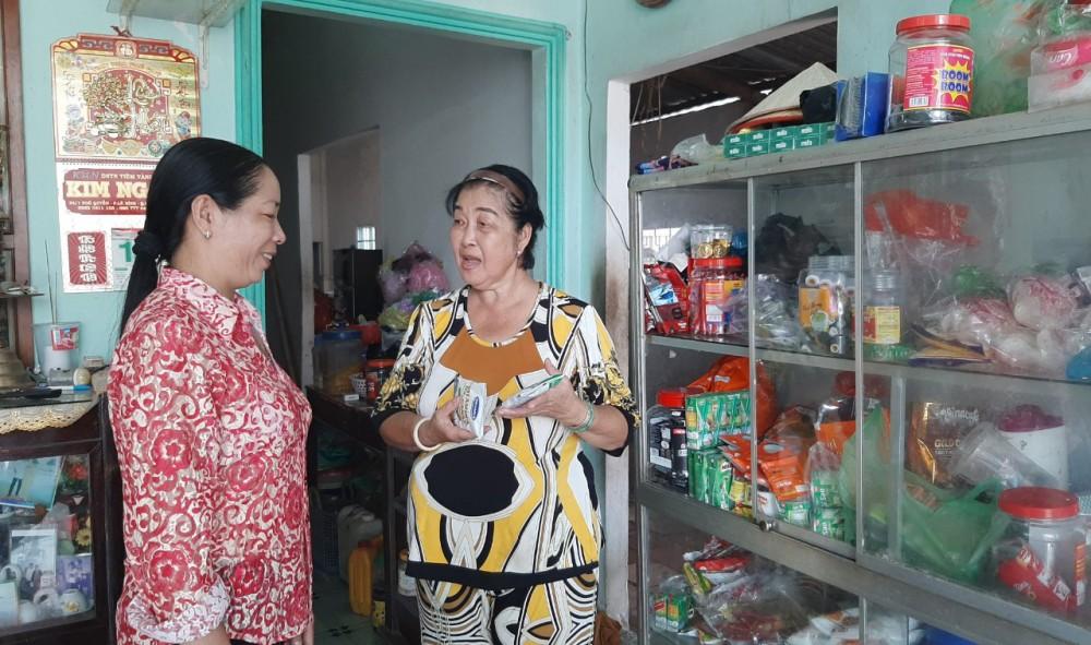Cán bộ khu vực Thạnh Huề (bên trái) thăm hỏi tình hình buôn bán của người dân.