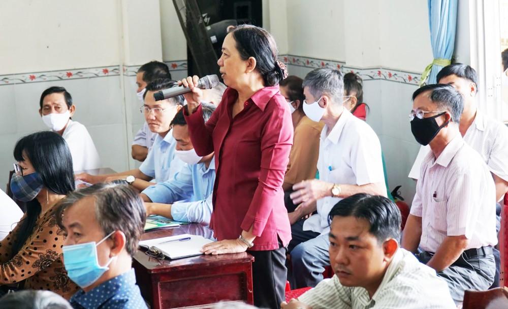 Cử tri phường An Khánh phát biểu kiến nghị QH những vấn đề mình quan tâm. Ảnh: ANH DŨNG
