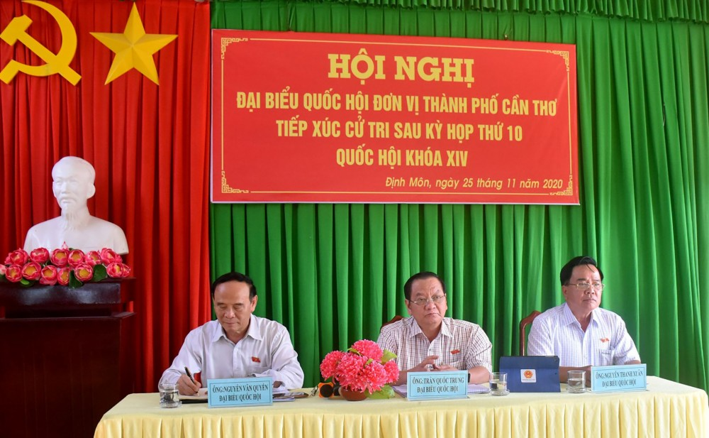 Các đại biểu Đoàn ĐBQH đơn vị TP Cần Thơ tiếp xúc cử tri tại xã Định Môn, huyện Thới Lai. Ảnh: K.XUÂN