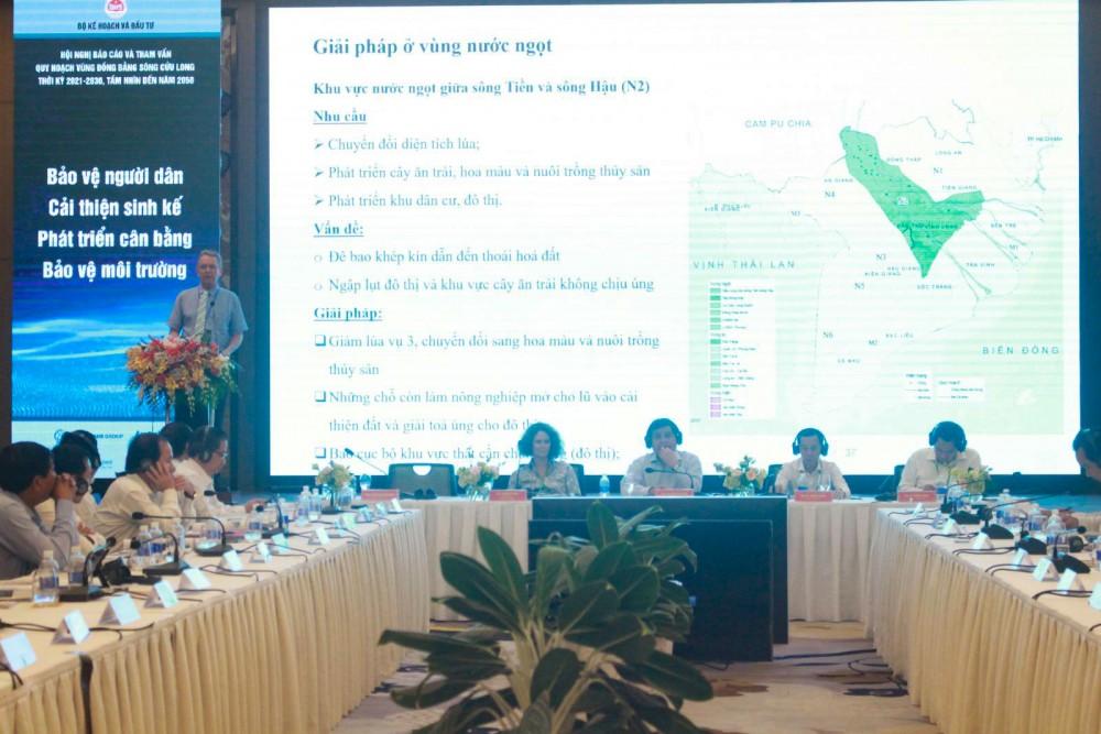 Đại diện Liên doanh tư vấn Royal Haskoning DHV & GIZ trình bày tóm tắt kết quả tham vấn kỹ thuật về định hướng phát triển vùng ĐBSCL. Ảnh: GIA BẢO