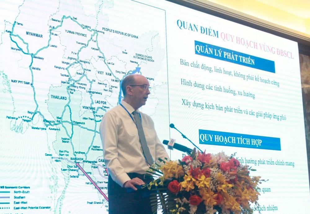 Đại diện Liên doanh tư vấn Royal Haskoning DHV & GIZ trình bày về quan điểm quy hoạch vùng ĐBSCL. Ảnh: GIA BẢO