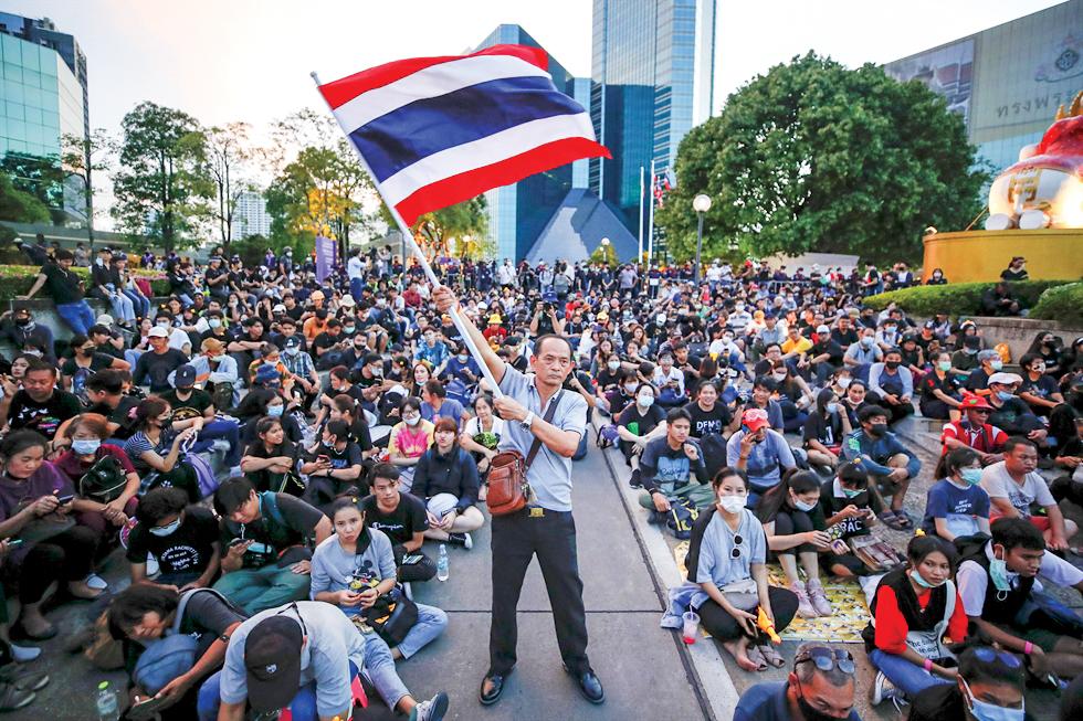 Người biểu tình tập trung tại trụ sở Ngân hàng Thương mại Siam. Ảnh: EPA